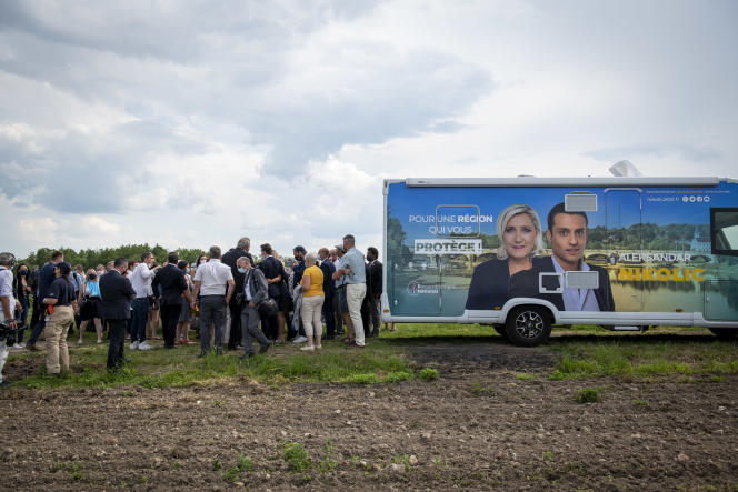 Lors d'un déplacement de Marine Le Pen en soutien à Aleksandar Nikolic, à Saint-Martin-le-Beau (Indre-et-Loire), le 10 juin 2021.