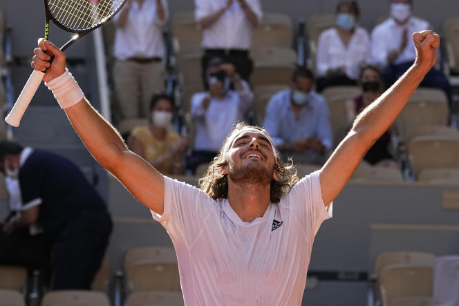 Stefanos Tsitsipas célèbre sa victoire contre Alexander Zverev lors de sa demi-finale à Roland-Garros, le 11 juin 2021, à Paris.