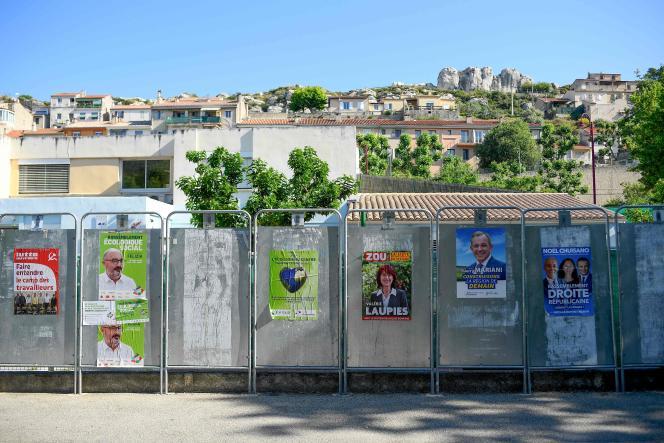 Affiches officielles pour les candidats aux élections régionales aux Pennes-Mirabeau (Bouches-du-Rhône), le 11 juin 2021.