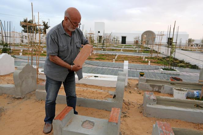 L'artiste algérien Rachid Koraïchi dans son « Jardin d'Afrique », à Zarzis, le 1er juin 2021.