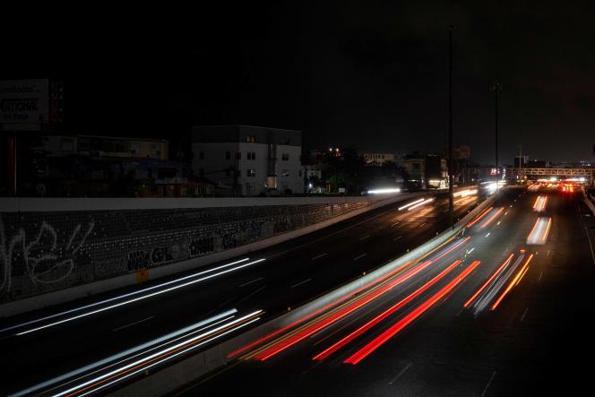 Seules les phares des automobiles éclairent la nuit de San Juan, à Porto Rico, après une importante coupure de courant, le 10 juin 2021.