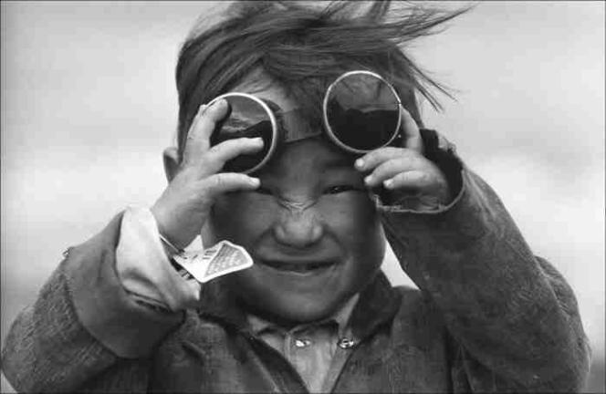 «Portrait d'un petit Tibetain jouant avec des lunettes de soudeur au Tibet», 1980.