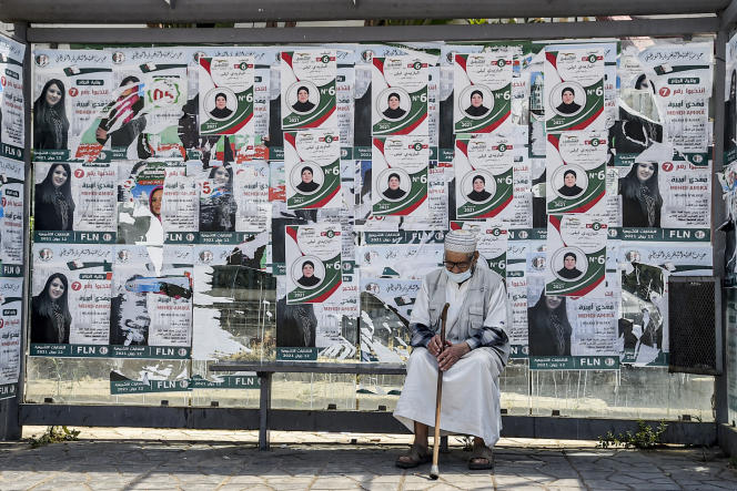 Un arrêt de bus placardé d'affiches électorales à Alger, le 11juin 2021.