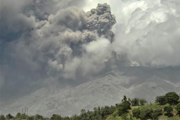 L'éruption du volcan de la Soufrière vue de Rosehall, Saint-Vincent-et-les-Grenadines, le 22 avril 2021.