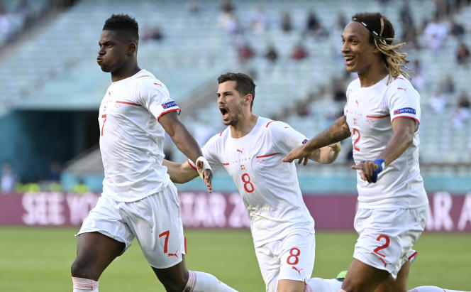 Breel Embolo (à gauche), Remo Freuler (au centre) et Kevin Mbabu (à droite) célèbrent un but suisse inscrit par Breel Embolo face au Pays de Galles, le 12 juin 2021, à Bakou (Azerbaïdjan).