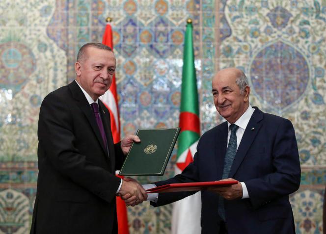 Le président turc Recep Tayyip Erdogan (à gauche) et le président algérien Abdelmadjid Tebboune (à droite) lors de leur signature des accords bilatéraux entre la Turquie et l'Algérie, à Alger,le 26 janvier 2020.