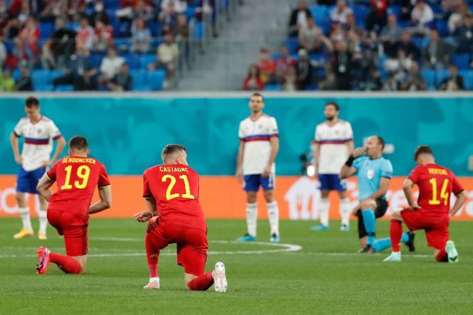 Les joueurs belges posent un genou au sol avant le match contre la Russie, à Saint-Pétersbourg, le 12 juin 2021.