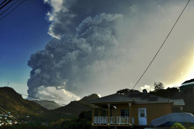 Des cendres s'élèvent dans les airs lors de l'éruption du volcan La Soufrière sur l'île de Saint-Vincent, dans les Caraïbes orientales, le mardi 13 avril 2021.