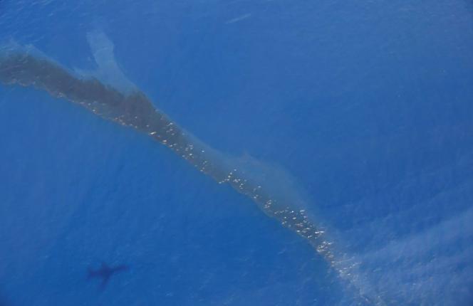 Une photographie transmise à l'Agence France-Presse (AFP) par la marine nationale montre lapollution aux hydrocarbures détectée en mer à l'est de la Corse, à environ 10km de la côte, samedi 12 juin 2021.