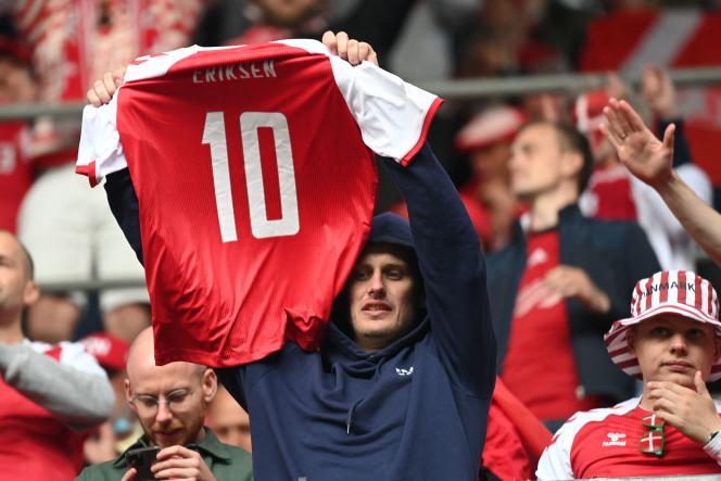 Un supporteur tient un maillot au nom du joueur danois Christian Eriksen après lemalaise cardiaque de ce dernier, au cours d'un match de l'Euro contre la Finlande, en juin.
