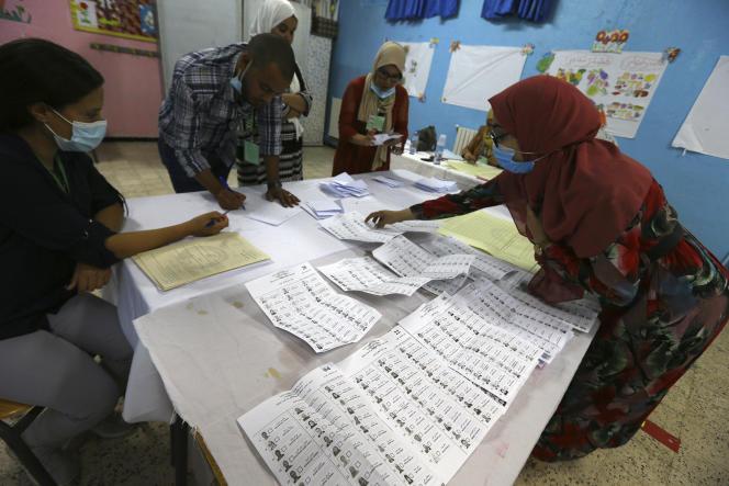 Décompte des bulletins de vote après les élections législatives en Algérie, le 12 juin 2021 à Alger.