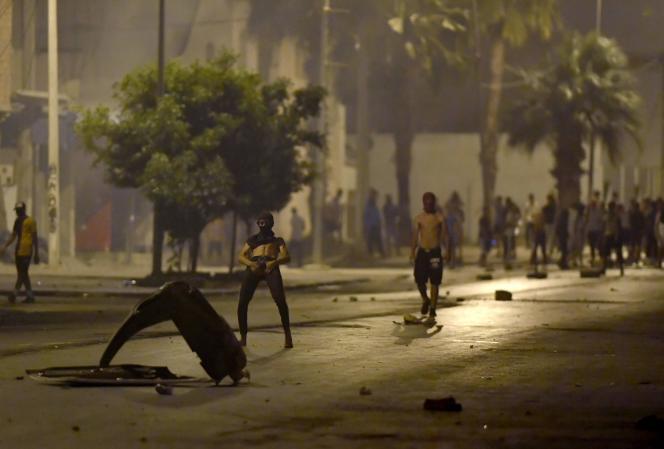 Des troubles ont éclaté dans le quartier de Sidi Hassine, à Tunis (Tunisie), samedi 12 juin 2021.