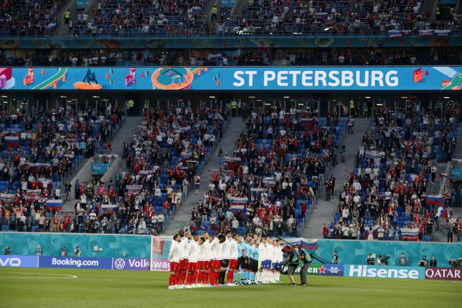 La Belgique et la Russie lors des hymnes nationaux auStade de Saint-Pétersbourg, samedi 12 juin.