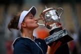 La Tchèque Krejcikova a remporté, samedi 12 juin 2021, la coupe Suzanne Lenglen, récompensant la vainqueure de Roland-Garros.