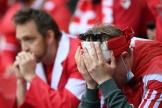 La détresse d'un supporter danois après la malaise de Christian Eriksen, lors du match entre le Danemark et la Finlande.