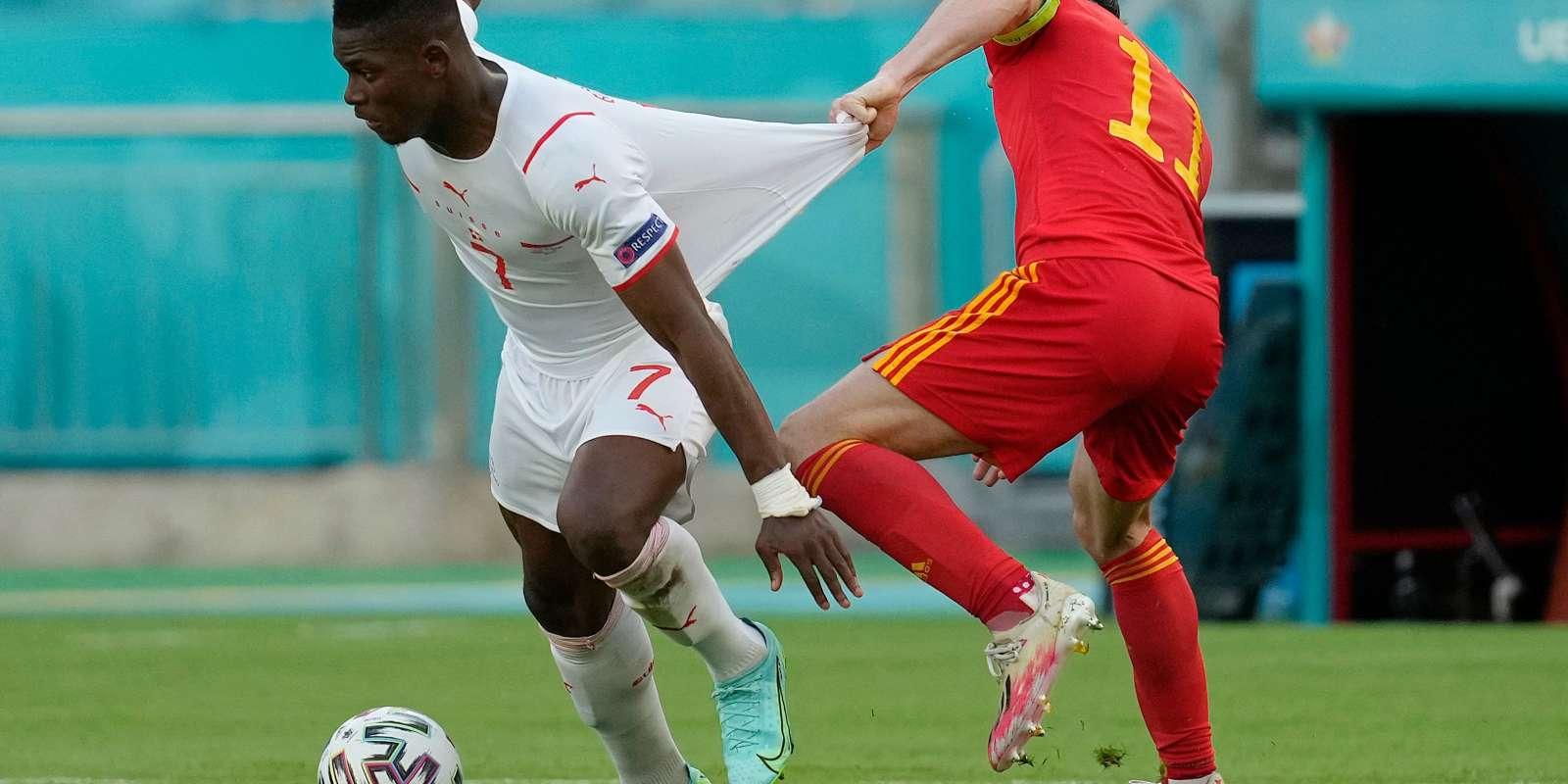 Bale accroche Embolo, le buteur suisse.