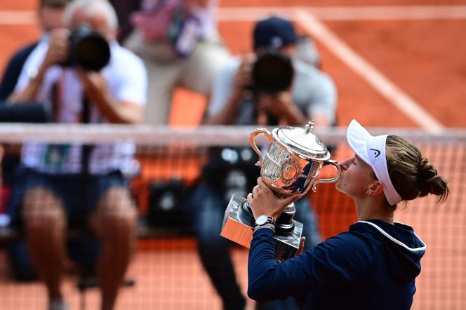 La Tchèque Barbora Krejcikova célèbre sa victoire face à la Russe Anastasia Pavlyuchenkova en finale de Roland-Garros, samedi 12 juin 2021.