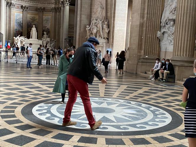 Ariane Pawin et Fred Pougeard lors d'un visite contée au Panthéon (Paris 5e), en mai 2021.