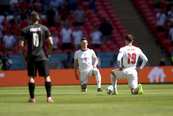 Mason Mount et Declan Rice posent un genou à terre en soutien au mouvement Black Lives Matter avant le match contre la Croatie, dimanche 13 juin 2021, à Wembley.