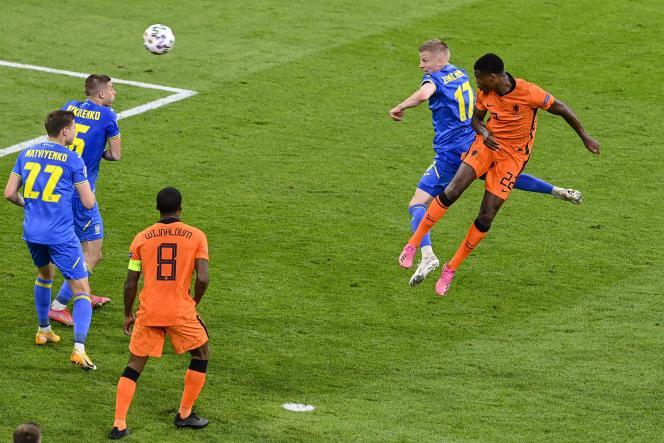 Denzel Dumfries saute plus haut que son adversaire pour donner la victoire aux Pays-Bas sur l'Ukraine, dimanche13juin, à Amsterdam.