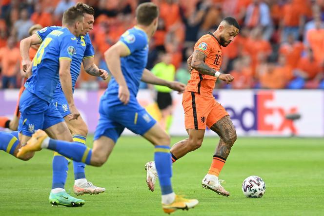 Memphis Depay face à trois défenseurs ukrainiens, dimanche 13 juin, à Amsterdam.
