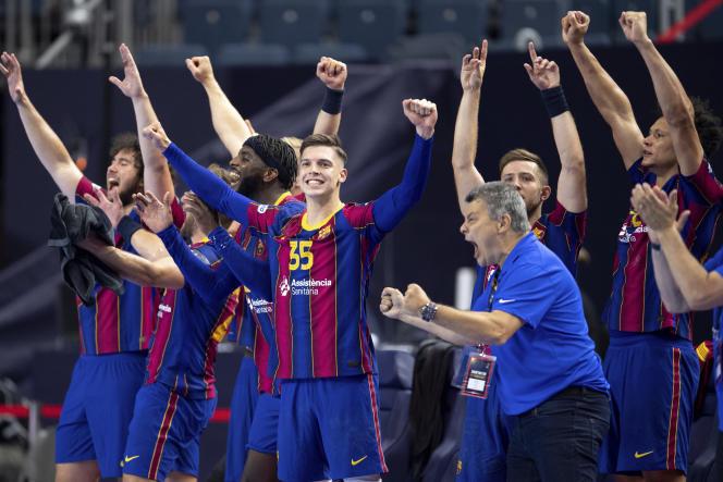 Les joueurs de Barcelone célèbrent leur victoire lors de la finale de la Ligue des champions de handball contre Aalborg, à Cologne, en Allemagne, dimanche 13juin2021.