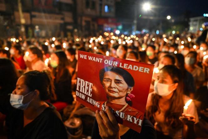 Des manifestants tiennent un portrait de l'ancienne dirigeante birmaneAung San Suu Kyi, lors d'une mobilisation contre le coup d'Etat de février, le 13mars 2021 à Rangoun.