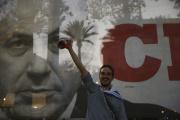 Tel Aviv, le 13 juin. Devant une affiche de campagne de Benjamin Nétanyahou, premier ministre israélien sortant après douze ans de mandat.