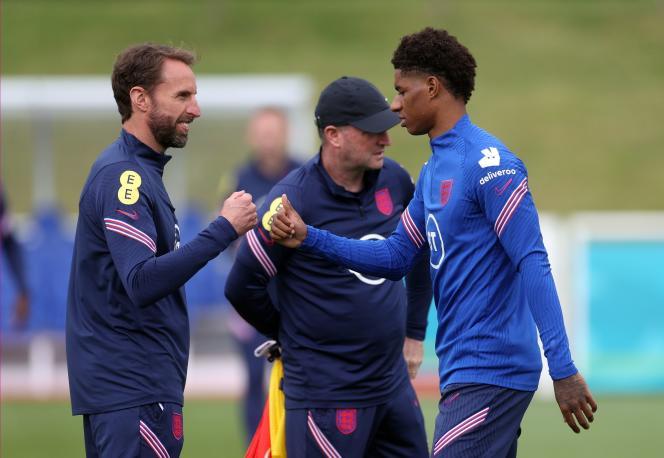 L'entraîneur de l'équipe d'Angleterre, Gareth Southgate, « check»Marcus Rashford, l'attaquant de Manchester United et desThree Lions, le 14 juin à Burton upon Trent (Angleterre).