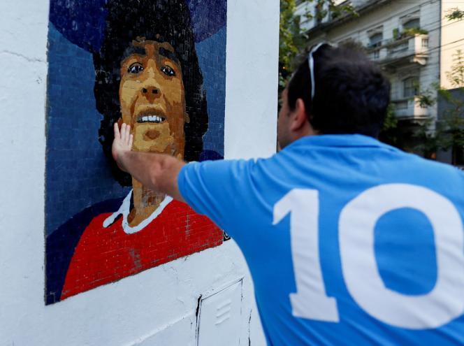 Une mosaïque réalisée par l'organisation culturelle Comando Maradona, en hommage à la superstar du football argentin Diego Armando Maradona, à Buenos Aires, enArgentine, le 25février 2021.