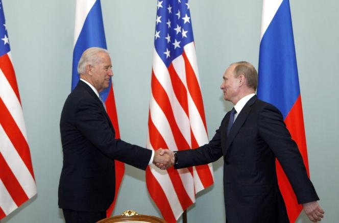 Le 10 mars 2011, à Moscou, Joe Biden, à gauche, alorsvice-président américain, serre la main de Vladimir Poutine, alors premier ministre russe.