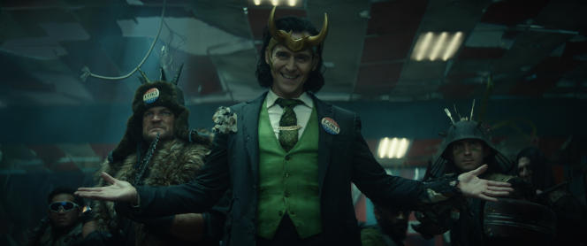 Au centre, Loki (TomHiddleston) dans la série de Disney+,créée par Michael Waldron et réalisée par Kate Herron.