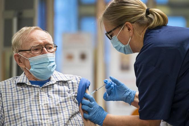 Stig Larsson, 89 ans, reçoit une dose de vaccin Pfizer-BioNTech, àNyköping, en Suède, le 27 décembre 2020.