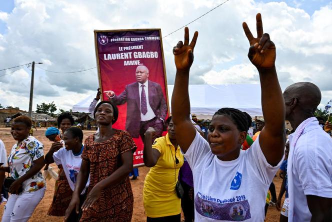 Des partisans de l'ancien président Laurent Gbagbo à Mama, son villages natal,le 13 juin 2021.