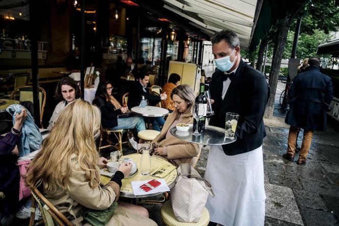 Sur une terrasse de café parisien, le 19 mai 2021.
