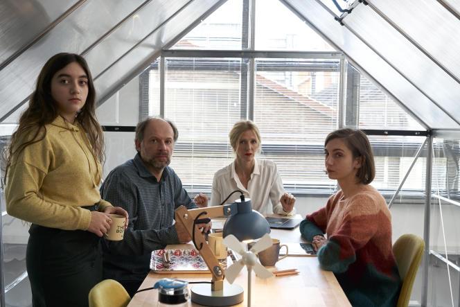 De gauche à droite : Suzie (Luana Bajrami), Alexandre (Denis Podalydès), Séverine (Sandrine Kiberlain) et Sarah ( Leslie Menu) dans«Les Deux Alfred», de Bruno Podalydès.