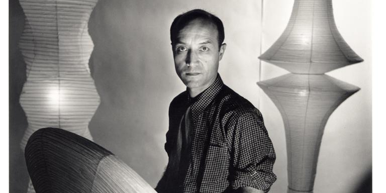Louise Dahl-Wolfe Portrait of Isamu Noguchi with Akari, 1955. The Noguchi Museum Archives, 03705. ©INFGM / ARS - ADAGP.