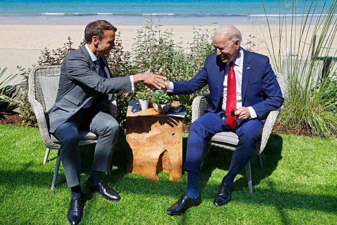 Première rencontre entre Emmanuel Macron et le président américain Joe Biden, à l'occasion du sommet du G7, à Carbis bay, en Angleterre, le 12juin 2021.