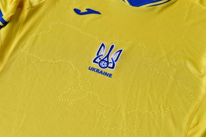 Sur la tenue jaune et bleu de l'équipe ukrainienne, on discerne les contours des frontières de l'Ukraine incluant la Crimée.