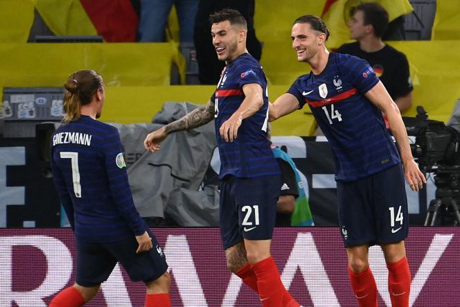 Antoine Griezmann, Lucas Hernandez et Adrien Rabiot après l'ouverture du score, à Munich, le 15 juin.