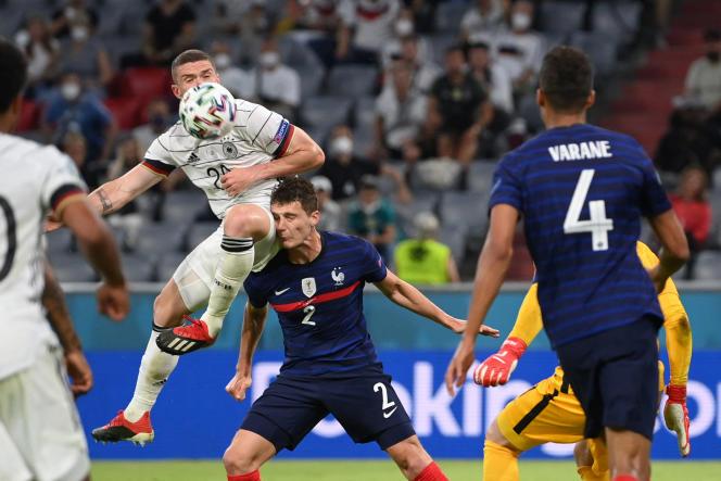 Heurté à la tête lors du match de l'Euro 2021 France-Allemagne, mardi 15 juin, à Munich, le Français Benjamin Pavardn'a pas subi de commotion cérébrale selon l'examen passé le lendemain avec un neurologue. Il est apte à rejouer contre la Hongrie le 19 juin, à Budapest.