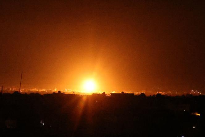 Des explosions à Khan Younès, dans le sud de la bande de Gaza, alors que les forces israéliennes bombardent l'enclave palestinienne, tôt le 16juin 2021.