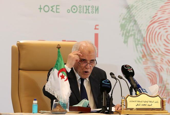 Le président de l'Autorité nationale indépendante des élections, Mohamed Charfi, annonce les résultats des législatives, à Alger, le 15juin2021.