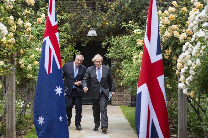 Le premier ministre britannique, Boris Johnson (à droite), marche avec le premier ministre australien, Scott Morrison, après leur rencontre, dans le jardin du 10 Downing Street, à Londres, mardi 15 juin 2021.