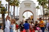 Devant l'entrée d'Universal Studios Hollywood à Universal City, Los Angeles, en Californie, le 15juin 2021.
