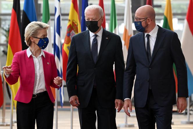 La présidente de la Commission européenne, Ursula von der Leyen, le présidentdes Etats-Unis Joe Biden et le président du Conseil européen Charles Michel, à Bruxelles, le mardi 15 juin 2021.