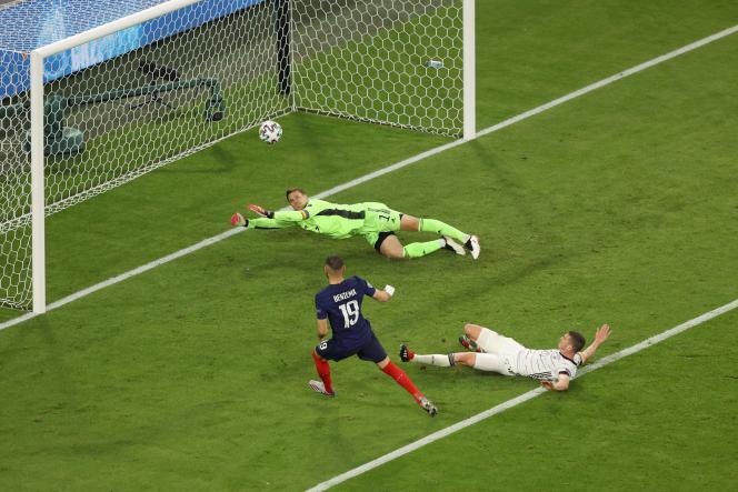 A la 85e minute de France-Allemagne, à Munich, le 15 juin, l'arbitre du match invalide le but de Benzema après recours à la vidéo.