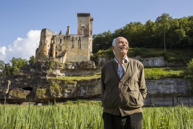Le comte Hubert de Commarque, devantla forteresse du château de Commarque, en Dordogne, le 11 juin 2021.