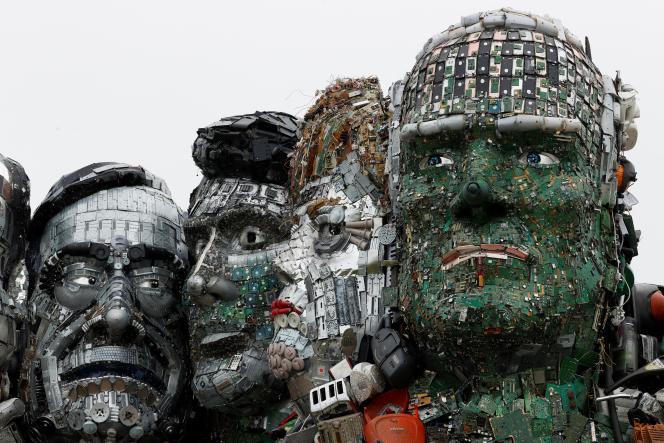 Une sculpture représentant les dirigeants du G7, composée de déchets électroniques, est exposée sur une plage près de Carbis Bay, en Cornouailles, le 9 juin 2021, pour souligner la menace environnementale que représentent les déchets électroniques avant le sommet du G7.