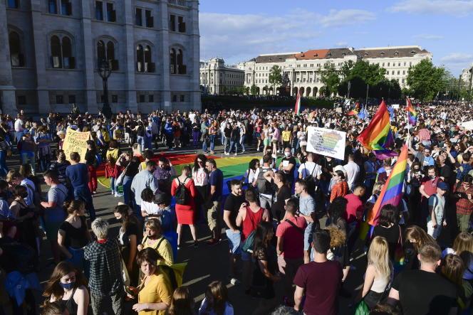 Manifestation devant le Parlement hongrois pour la défense des droits LGBT, le 14 juin 2021 à Budapest.